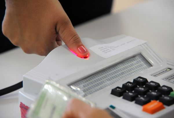Eleitora faz registro da impressão digital antes de votar. Crédito: Divulgação