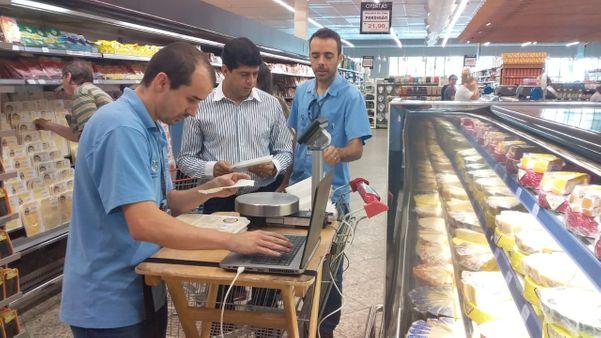 Equipe do Ipem-ES faz fiscalização no supermercado. Crédito: Ipem/Divulgação