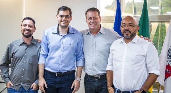 Luciano Rezende com os secretários Henrique Valentim (Semfa), Mateus Mussa (Seges) e Márcio Passos (Sedec). Crédito: Diego Alves/PMV