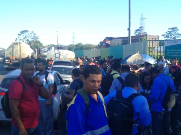 Manifestantes fecham entrada da Vale, em Carapina. Crédito: A Gazeta