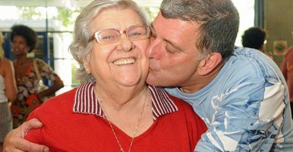 O diretor Jorge Fernando beija sua mãe, a artista Hilda Rebello. Crédito: Reprodução/Instagram