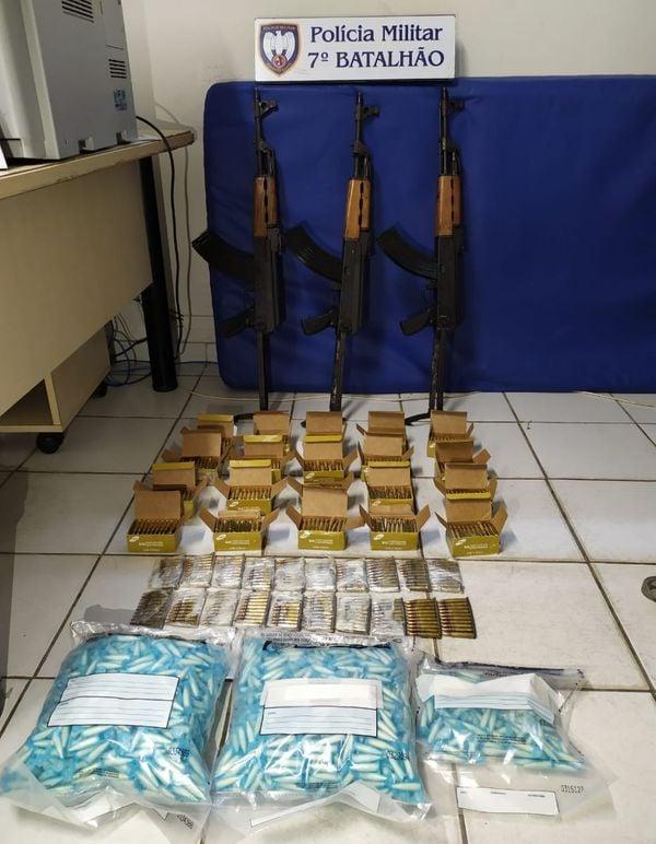PM apreende fuzis, drogas e munição em Cariacica. Crédito: Divulgação/PMES