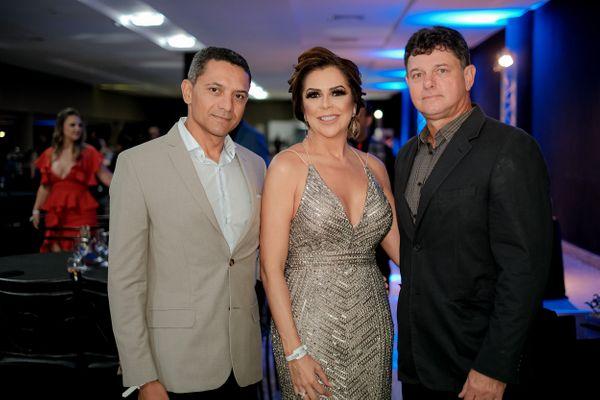 Sergio e Raigna Vasconcelos e Júlio Campagnaro: na festa de 30 anos da farmácia em Vitória. Crédito: CAMILLA BAPTISTIN