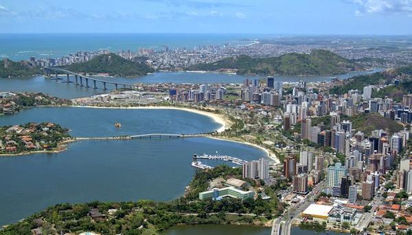 Vista aérea de Vitória e, aos fundos, Vila Velha. Crédito: Divulgação