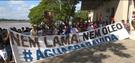 Os manifestantes carregavam faixas e cartazes e percorreram várias ruas de Linhares. Crédito: TV Gazeta Norte / Reprodução