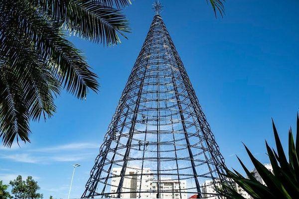 Com 45 metros de altura e pesando 21,5 toneladas, a árvore de Natal da Serra será inaugurada nesta sexta-feira (8). Crédito: Prefeitura da Serra