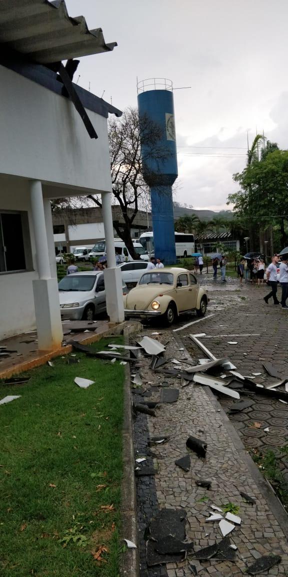Chuva derruba árvores e danifica telhados na Ufes de Alegre . Crédito: Internauta | A Gazeta
