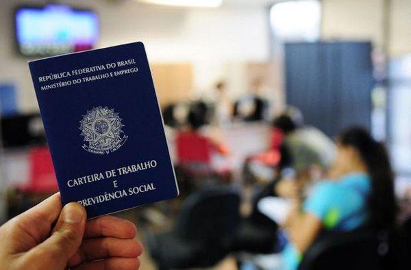 Carteira de trabalho. Crédito: Pedro Ventura/Agência Brasil