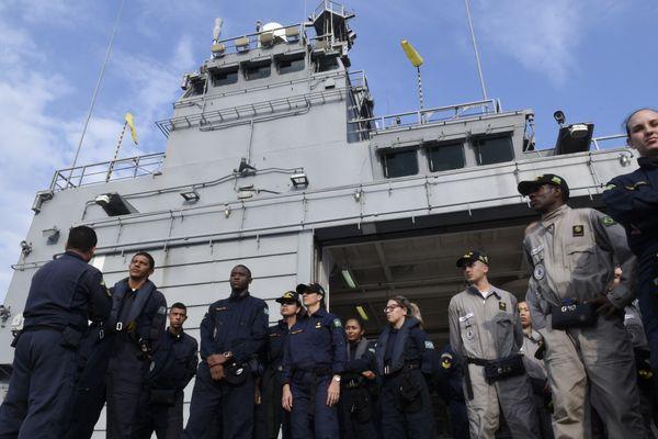 Militares da Marinha do Brasil à bordo no Bahia
