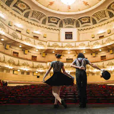 Artistas no palco do teatro