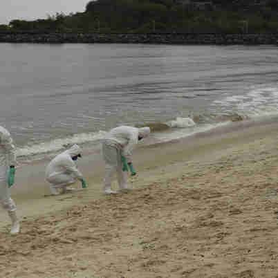 Data: 16/11/2019 - ES - Vitória - Militares da Marinha fazem busca na Praia de Camburi  por fragmentos de óleo que atingem a costa brasileira - Editoria: Cidades - Foto: Vitor Jubini - GZ