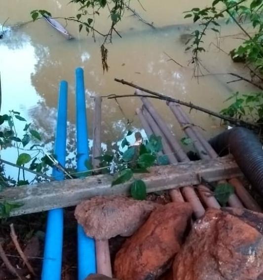 Com escoamento da água, nível  da barragem já está abaixo dos canos instalados por moradores. Crédito: Reprodução | Instagram @celwagnerborges