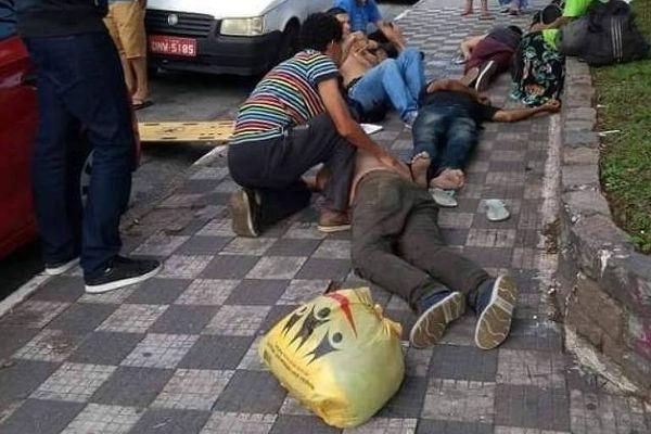 Pessoas em situação de rua são amparadas após beberem líquido de uma garrafa oferecida ao grupo e passarem mal. Crédito: Divulgação/Polícia Militar