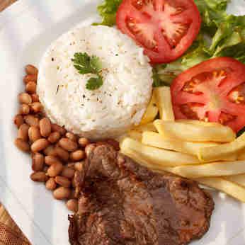 prato de comida: arroz, feijão, batata frita, tomate e alface