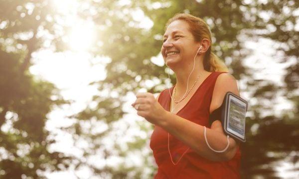 Mulher praticando exercícios físicos ouvindo música no celular. Crédito: shutterstock