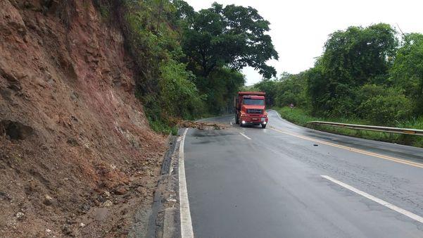 Fotos de queda de barreira na BR 262: conexão entre Minas e Espírito Santo precisa ser modernizada. Crédito: Kaique Dias