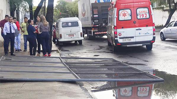 Portão de supermercado cai e fere duas pessoas. Crédito: Iara Diniz | A Gazeta