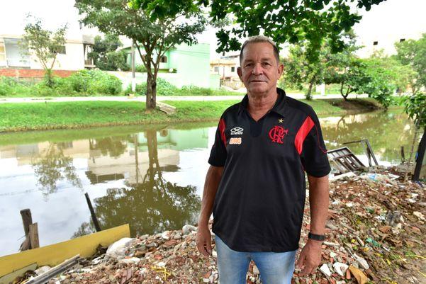 O pintor Macionílio Mendes mora há 17 anos em frente o Canal de Guaranhuns, em Vila Velha, e vive à espera da obra de revitalização do valã´