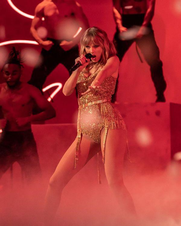 Taylor Swift durante apresentação no American Music Awards 2019. Crédito: Instagram/@amas