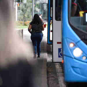 Data: 26/11/2019 - ES - Vitória - Mulheres passageiras do sistema Transcol. É comum os relatos de assédio sexual contra as mulheres dentro dos coletivos