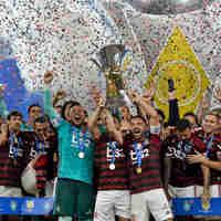 Jogadores do Flamengo comemoram título do Brasileirão após vitória contra o Ceará