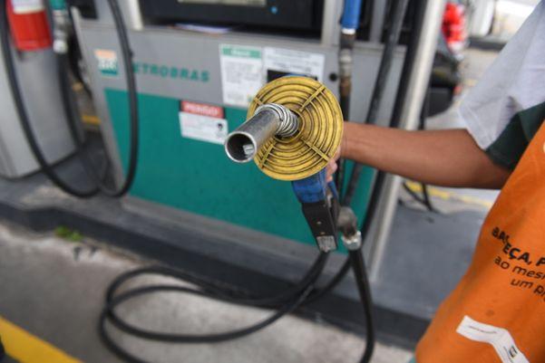 Posto de gasolina:ideia do presidente é acelerar a chegada dos cortes feitos nas refinarias, pela Petrobras, ao consumidor. Crédito: Ricardo Medeiros