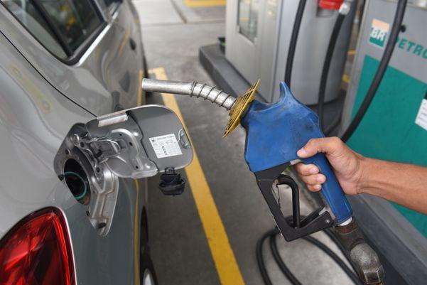 Queda do preço do petróleo pode ter reflexo sutil no valor da gasolina cobrada nas bombas. Crédito: Ricardo Medeiros