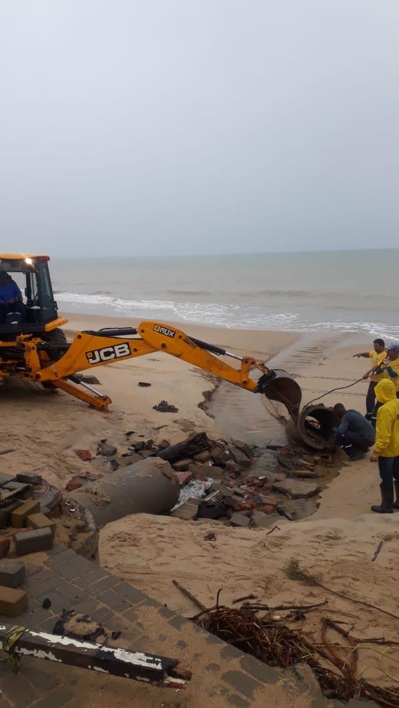 Máquinas da prefeitura trabalharam na manhã desta sexta (29) na Itaoca Praia. Crédito: Divulgação/PMI