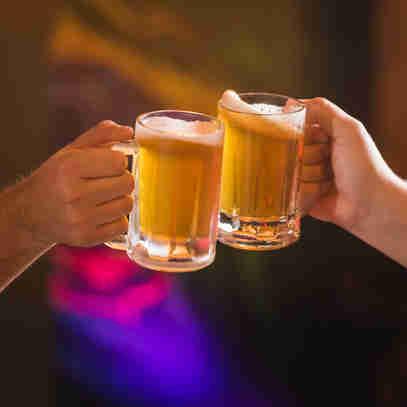 Brinde com cerveja pilsen