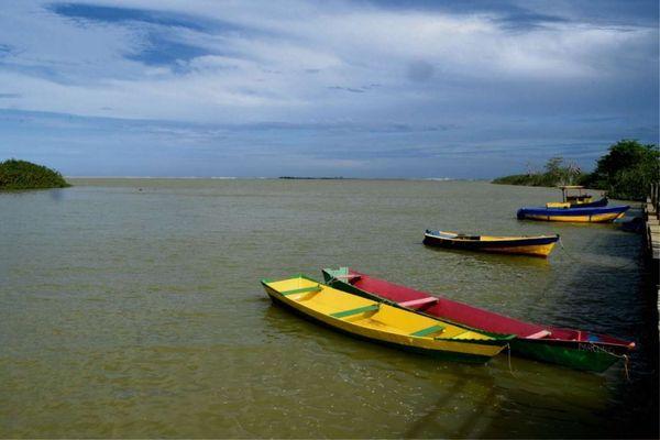 barcos na foz do Rio Doce em Regência: lama da Samarco contaminou as águas . Crédito: Carlos Alberto Silva