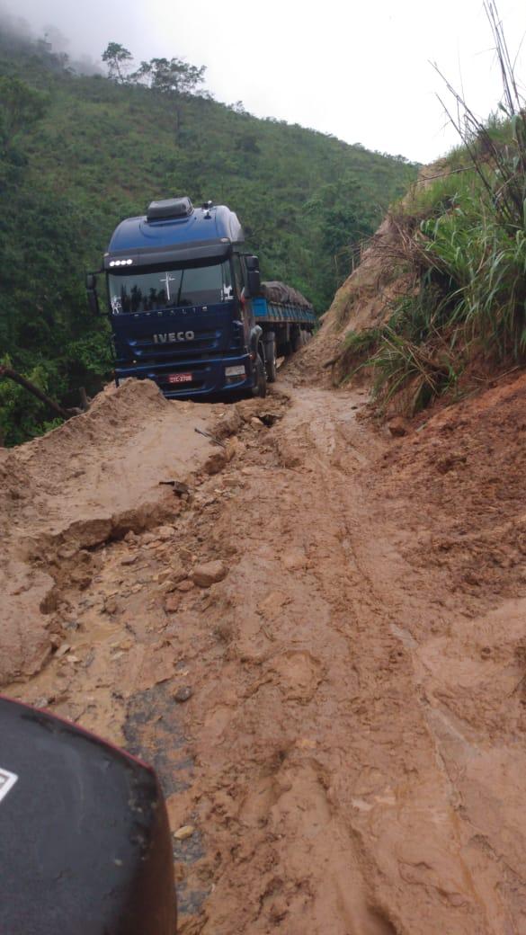 Caminhão atola em estrada interditada em Muqui. Crédito: Internauta