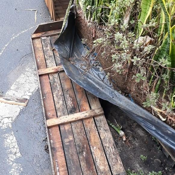O jardim do parklet do estabelecimento também foi danificado pelo vizinho enfurecido . Crédito: Arquivo pessoal