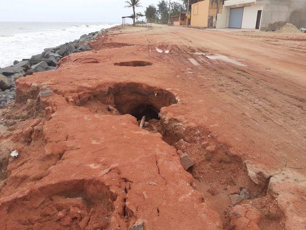 Com erosão, crateras têm se formado em rua à beira mar. Crédito: Angélica Fontoura