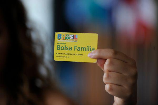 Beneficiária mostra cartão do Bolsa Família. Crédito: Jefferson Rudy