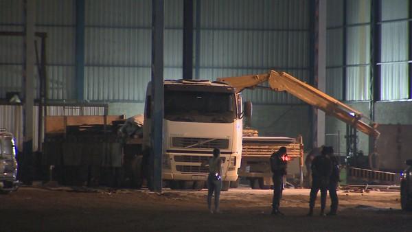 Carreta e carga roubada foram encontradas dentro de um galpão, em Cantinho do Céu, na Serra. Crédito: Reprodução | TV Gazeta