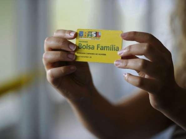 Data: 01/09/2019 - Pessoa segurando cartão do Bolsa família - Editoria: Economia - Foto: Jefferson Rudy/Agência Senado - GZ