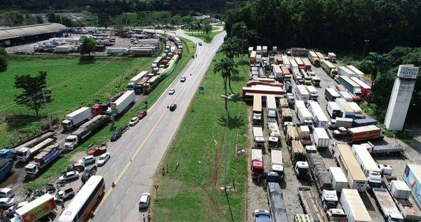 Greve dos caminhoneiros em 2018: imagem mostra caminhões parados em Viana . Crédito: Arquivo/ Secundo Rezende -Zoom Filmes