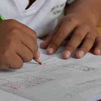 Criança faz exercício escolar