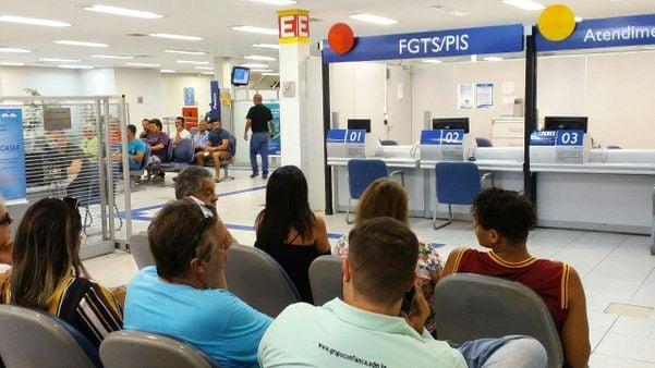 Atendimento de FGTS e PIS para trabalhadores em agência da Caixa de Jardim Camburi, Vitória. Crédito: Geraldo Campos Jr