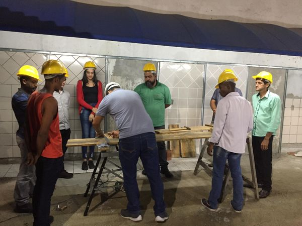 Alunos participam de aula para trabalhar no mercado da construção civil