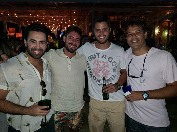 Kayke Plaster, Bruno Sposito, Renan Pandolfi e  Pipo Carvalho: em sunset party. Crédito: Mônica Zorzanelli