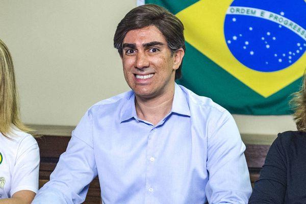 Marcelo Adnet fantasiado de Jair Bolsonaro durante live. Crédito: Divulgação