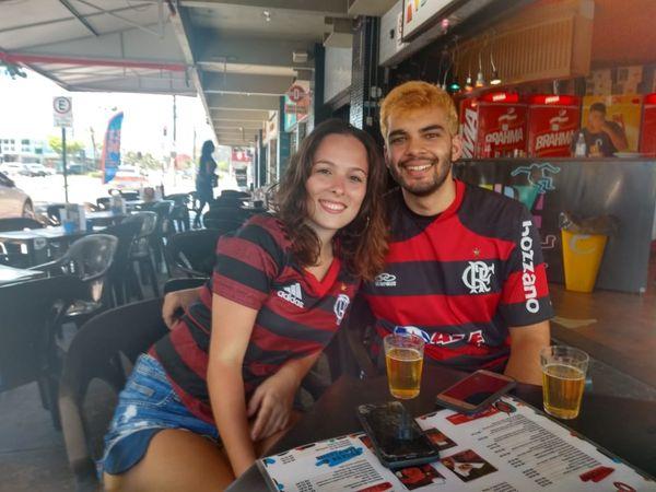 Após cumprir uma promessa para o Flamengo ganhar a libertadores, pintando os cabelos de loiro, o estudante de Engenharia Elétrica Luiz Felipe Banichio, de 23 anos,  está esperançoso com a semifinal do Mundial de Clubes. Crédito: Elis Carvalho