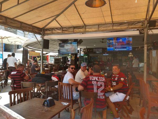 Capixabas se preparam no Triângulo das Bermudas para assistir ao jogo do Flamengo. Crédito: Elis Carvalho