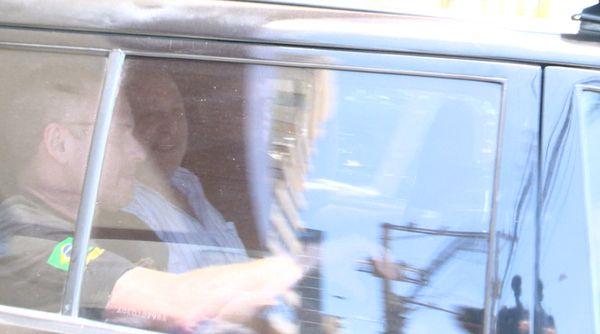 Carlos Costa (de blusa branca) foi preso no prédio onde mora, na Praia da Costa. Crédito: Luciney Araújo/TV Gazeta