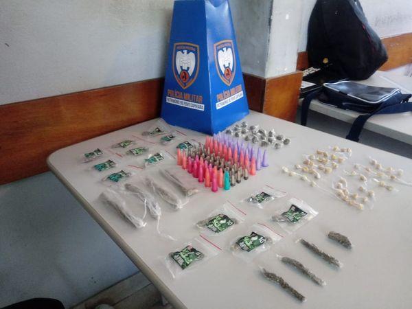 Drogas apreendidas em Andorinhas, Vitória, pela Polícia Militar. Crédito: Polícia Militar