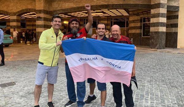 Grupo de capixabas levou a bandeira do ES para o Catar e estarão posicionados atrás de um dos gols. Crédito: Antomélio Souza