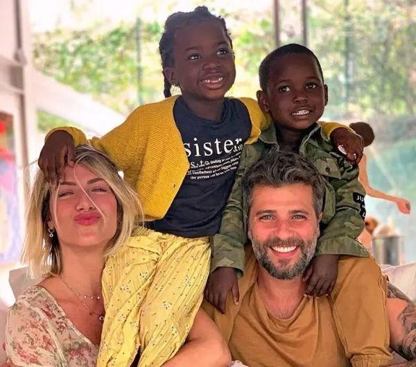 Os atores Bruno Gagliasso e Giovanna Ewbank com os filhos Bless, de cinco anos, e Titi, de seis anos. Crédito: Instagram / @brunogagliasso