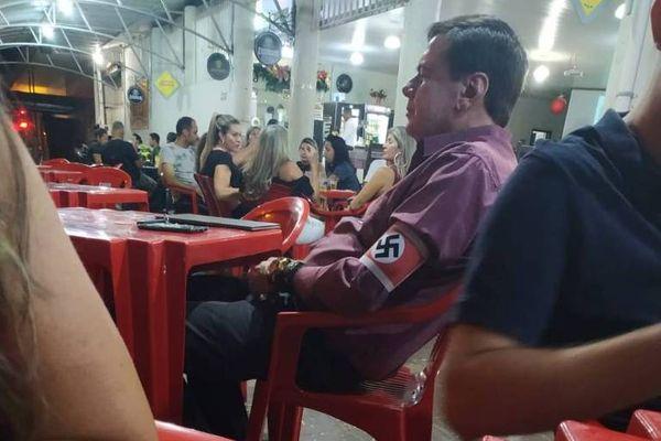 Polícia abre inquérito para apurar caso de homem com braçadeira nazista. Crédito: Reprodução