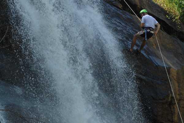 Rapel na cachoeira de Matilde é uma das atividades mais procuradas em Alfredo Chaves. Crédito: Divulgação/Prefeitura de Alfredo Chaves